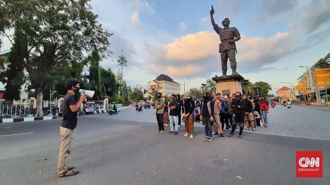 Aksi kamisan mahasiswa di Kota Solo mengkritik soal ancaman politik demokrasi bagi demokrasi terkait pemilihan Gibran sebagai bakal calon wali kota.