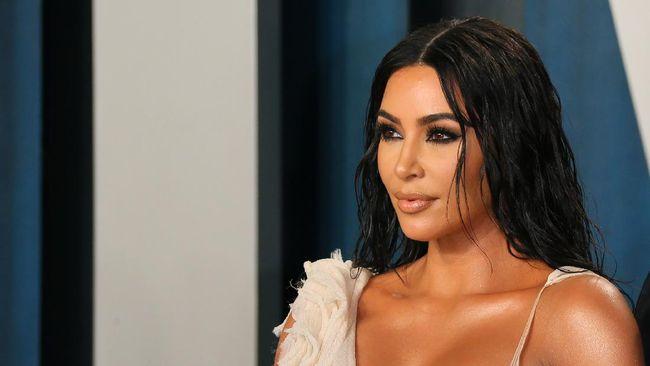 Kim Kardashian dikabarkan sudah mulai menata hidup yang baru usai menggugat dan masih menjalani proses cerai dari Kanye West.