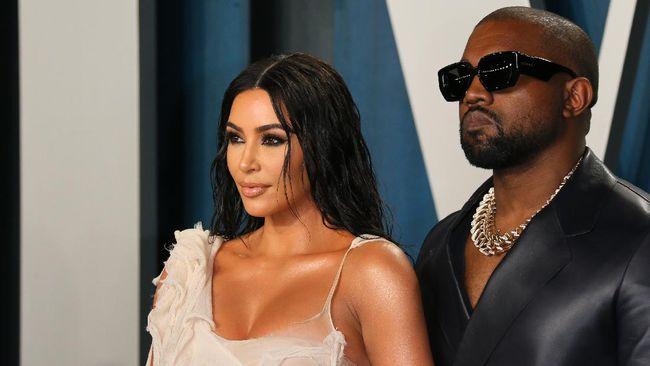 Kim Kardashian disebut merasa kecewa ia akhirnya mengajukan gugatan cerai atas Kanye West pada Jumat (19/2) lalu.