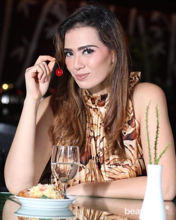 Tak berhenti sampai di situ. Selain berprofesi sebagai model dan aktris, Catherine Wilson merambah ke dunia bisnis. Dia membuka cafe di kawasan Dago, Bandung yang diberi nama 666 (Triple Six). (Foto: instagram.com/cathrinewilson/)