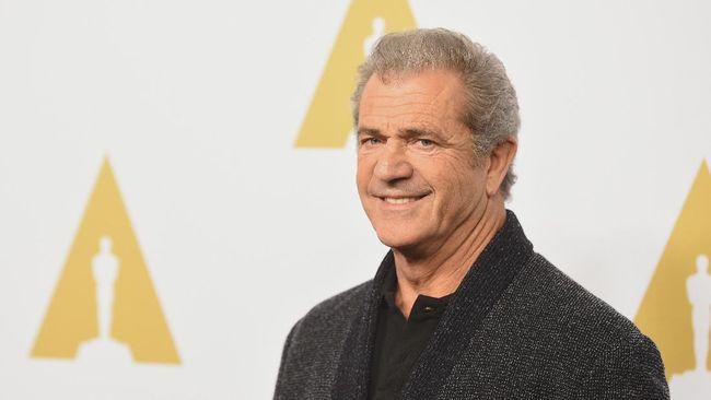 Aktor dan sutradara Mel Gibson sempat menjalani perawatan di rumah sakit karena terinfeksi virus corona Covid-19.