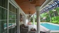 <p>Rumah Luna Maya ini juga dilengkapi dengan teras yang menghadap ke taman dan kolam renang. (Foto: YouTube Boy William)</p>