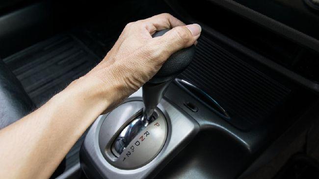 Saat tuas transmisi mobil matik di posisi 'D' roda tidak terkunci, alias bisa bergerak ke depan atau ke belakang.