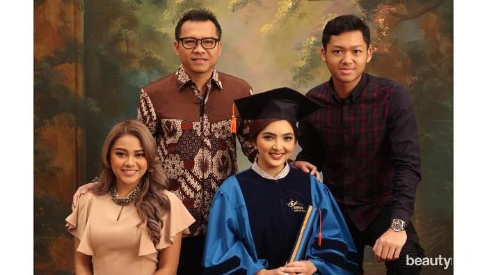 7 Artis Indonesia yang Tetap Lanjutkan Pendidikan Usai Jadi Mama