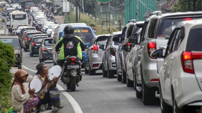 Ratusan kendaraan terjebak selama enam jam di Jalur Cipanas menuju Puncak, terpaksa memarkir kendaraannya di sejumlah tempat peristirahatan.