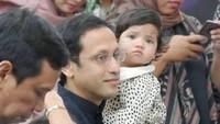 <p>Meski sibuk dengan segala pekerjaannya, Nadiem selalu menyempatkan diri untuk bonding dengan putri kecilnya.</p>