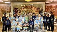 <p>Nikita dan Indra befoto dengan keluarga besar yang kompak mengenakan dresscode bernuansa biru. Semoga lancar hingga hari H ya Nikita dan Indra. (Foto: Instagram @nancy_nikilovers9)</p>