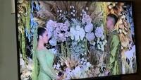 <p>Acara lamaran dihadiri keluarga keduanya. Suasana terlihat syahdu dengan dekorasi penuh bunga dan nuansa hijau yang teduh. (Foto: Saras/detikHOT)</p>