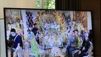 <p>Nikita yang mengenakan kebaya dan veil hijau duduk berhadapan dengan Indra, yang mengenakan batik senada.</p>
