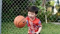 <p>Bola basket yang digunakan oleh Raphael tentunya bola khusus untuk anak-anak ya, Bunda. (Foto: Instagram @sandradewi88)</p>