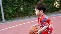 <p>Lihat saja gaya Raphael saat <em>dribble</em> bola basket di lapangan. Keren ya, Bunda. (Foto: Instagram @sandradewi88)</p>