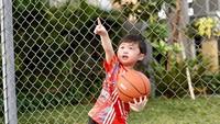 <p>Saat bermain basket, Raphael jugakerap mengenakan baju <em>sporty</em> dan <em>stylish</em>. Sudah seperti pemain basket profesional. (Foto: Instagram @sandradewi88)</p>
