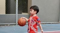 <p>Anak pertama Sandra Dewi yang lahir pada Desember 2017 lalu ini juga bahkan pernahmemiliki mesin permainan memasukkanbola basket ke keranjang. (Foto: Instagram @sandradewi88)</p>