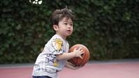 <p>Hal ini terlihat saat Raphael bermain basket dengan menggunakan ring khusus untuk anak-anak di rumahnya. (Foto: Instagram @sandradewi88)</p>