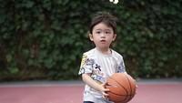 <p>Sejak masih kecil, anak pertama Sandra Dewi, Raphael Moeis, memiliki minat terhadap basket. (Foto: Instagram @sandradewi88)</p>