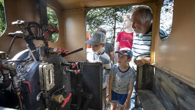 Seorang kakek selama satu dekade membangun rel dan kereta uap di halaman rumahnya yang kini ramai dikunjungi turis anak dan dewasa.