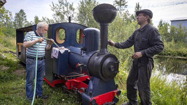 Di usianya yang tak lagi muda, Pavel Chilin menghabiskan waktu lebih dari sepuluh. tahun untuk membangun kereta uap mini beserta relnya.