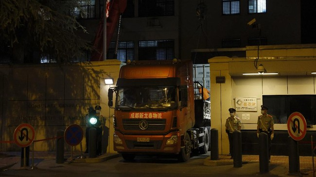 Pemerintah China  mengambil alih gedung konsulat Amerika Serikat di Chengdu sebagai reaksi atas perintah penutupan konsulat mereka di Houston, Texas.