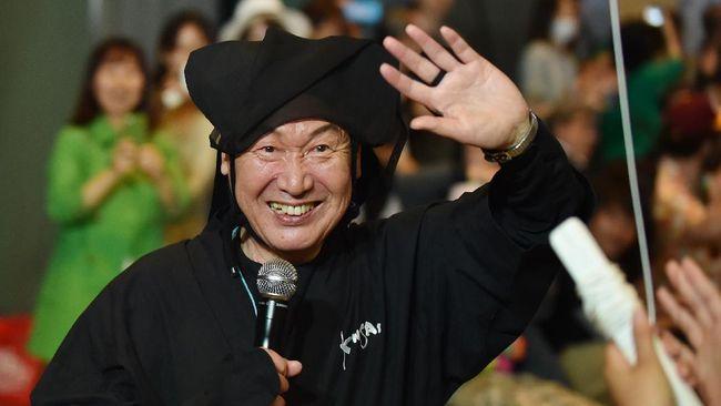 Perancang busana Jepang terkenal yang menciptakan busana ikonik David Bowie, Kansai Yamamoto meninggal dunia.