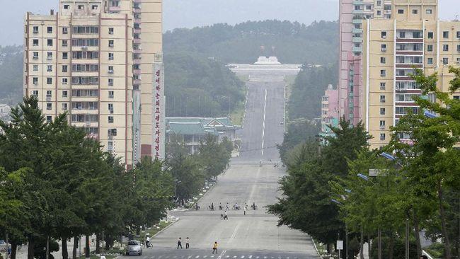 Pemimpin tertinggi Korea Utara Kim Jong-un memerintahkan pencabutan lockdown kota Kaesong setelah penyebaran virus corona dianggap stabil.