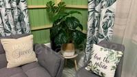 <p>Di sudut ruang tamu, ada beberapa tanaman yang membuat suasana asri dan sejuk. (Foto: Facebook Leila Janne)</p>