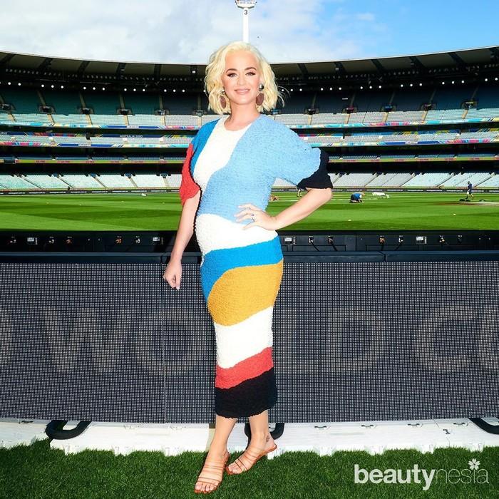Ketika tampil dalam acara ICC T20 World Cup, Katy Perry tampil mengenakanmid dresswarna-warni. Penampilannya makin menarik dengan riasanmakeup flawlessserta rambut pendekblonde. (Foto: instagram.com/katyperry/)