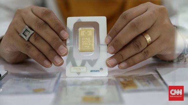 Harga jual emas Antam turun Rp2.000 ke Rp940 ribu per gram pada perdagangan Selasa (27/7) pagi.