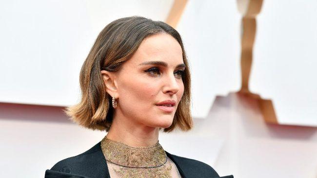 Setelah tunda produksi pada April lalu, aktris Natalie Portman akhirnya mengonfirmasi bahwa proses syuting film Thor: Love and Thunder dimulai tahun depan.