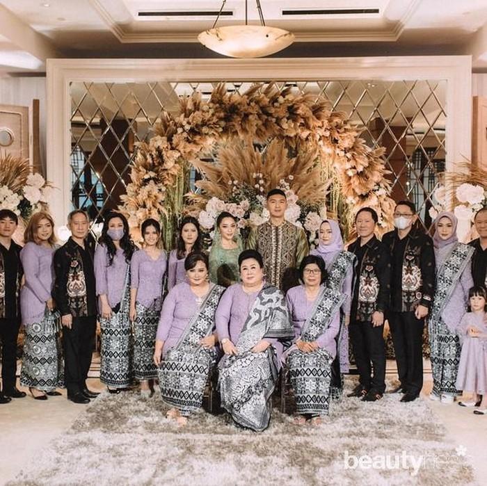 Sedangkan keluarga Nikita kompak mengenakan kebaya biru dan keluarga Indra kebaya ungu. (Foto: Instagram.com/yorafebrina/)