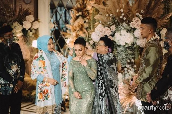 Lamaran tersebut diresmikan dengan pemberiaan sebuah kalung sebagai simbol ikatan keduanya. Ibunda Indra, Karlina Damiri, menyematkan kalung itu ke leher artis Indonesia itu. (Foto: Instagram.com/morden.co/)