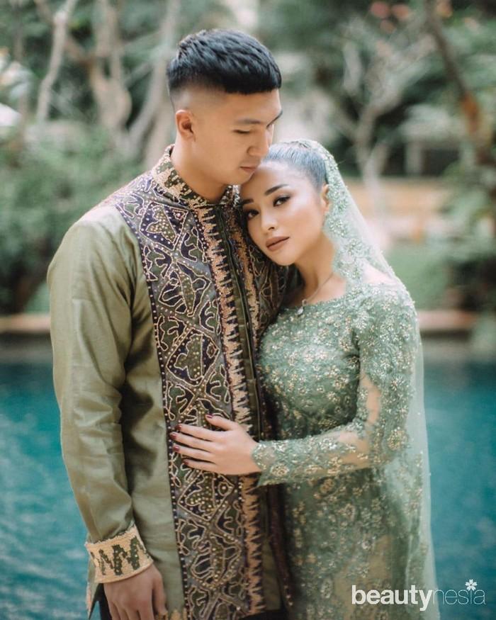 Prosesi lamaran keduanya didominasi nuansa hijau. Nikita Willy dan Indra Priawan tampil serasi serta elegan mengenakan busana berwarna hijau. (Foto: Instagram.com/morden.co/)