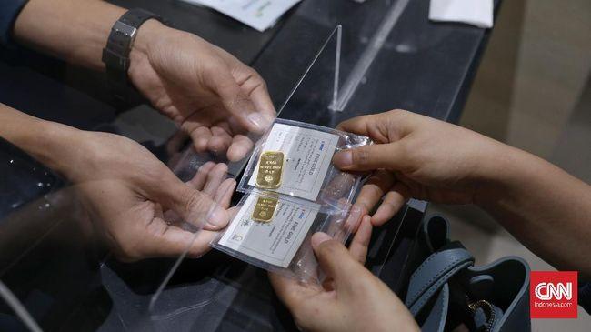 Harga jual emas Antam turun Rp12 ribu ke Rp922 ribu pada perdagangan Jumat (26/2).