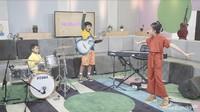 <p>&nbsp;Dalam keseruan tersebut, ketiga buah hati Widi Mulia dan Dwi Sasono menunjukkan kebolehannya dalam bernyanyi dan bermain musik. (foto: Rahfalia Zaenh)</p>