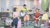 <p>Dru saat menunjukkan aksinya bermain gitar, keren ya, Bunda. (foto: Rahfalia Zaenh)</p>