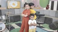 <p>Selamat ya! Semoga lagunya disukai oleh anak-anak Indonesia. (foto: Rahfalia Zaenh)</p>