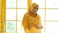 <p>Bumil yang satu ini juga bisa berpose menggemaskan dengan piyama berwarna kuning yang selaras dengan hijabnya. Tapi tetap cantik kok. Semoga sehat selalu ya Citra Kirana. (Foto: Instagram @citraciki)</p>