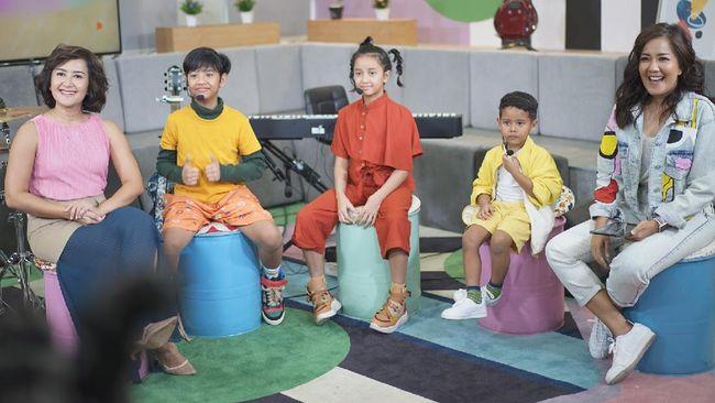 Dru, Widuri, dan Den, yang merupakan anak pasangan Widi Mulia dan Dwi Sasono, merilis lagu debut mereka berjudul Jajan.