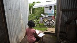 FOTO: Murid Tak Punya Kuota, Guru di Guetamala Kayuh Sepeda