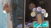 Seorang guru di Guetamala menggunakan tabungannya untuk membeli sepeda demi menyambangi murid. Orang tua siswa tak punya paket data untuk pembelajaran online.