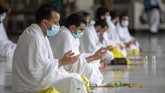 Para jemaah calon haji berjalan mengitari (tawaf) di Kakbah dengan menjaga jarak sebagai persyaratan mencegah penularan virus corona.