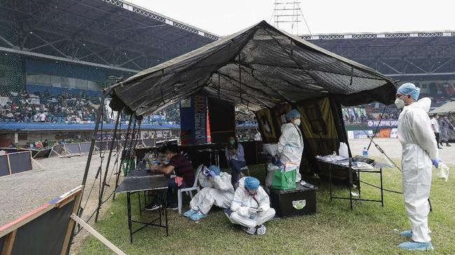 Ribuan penduduk Filipina berkumpul di stadion Kompleks Olahraga Rizal di ibu kota Manila untuk mengikuti program mudik gratis dari pemerintah.