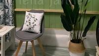 <p>Ruang tamu juga dihias dengan hiasan dinding unik yang berbentuk piring dengan gambat dan tulisan. (Foto: Facebook Leila Janne)</p>