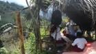 VIDEO: Belajar di Tepi Jurang Demi Jaringan Internet