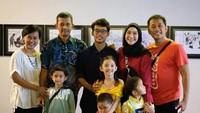 <p>Momen saat Bhumi berfoto dengan keempat orang tuanya, serta adik-adiknya. He-he-he. Potret ini membuktikan keluarga Hanung sangat harmonis dengan keluarga mantan istrinya ya, Bun. (Foto: Instagram @zaskiadyamecca)</p>
