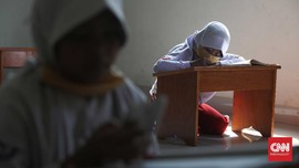 FOTO: Tak Punya Kuota Internet, Siswa Belajar di Kelurahan