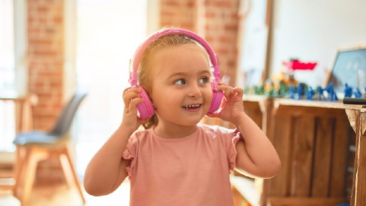 Ilustrasi anak mendengarkan musik