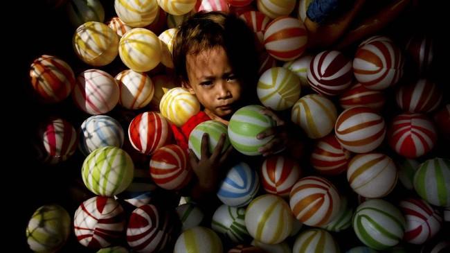 Rasa tertekan atau stres akibat harus terus tinggal di rumah tak hanya dialami orang dewasa, tapi juga anak.