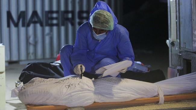 Jenazah korban virus corona (Covid-19) di Irak dimakamkan di lahan khusus di Kota Najaf, Irak, karena ditolak di sejumlah TPU setempat.