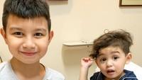 <p>Si bungsu Axelo jadi kesayangan kedua kakaknya nih, Bunda. Baby Axelo baru lahir pada 7 Juli 2020 lalu. (Foto: Instagram @alessia89cestaro)</p>