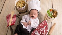 <p>Gemasnya baby Gala memakai kostum koki. Sudah siap bantu mama Vanessa masak nih. (Foto: Instagram @wdphotoworks2020)</p>